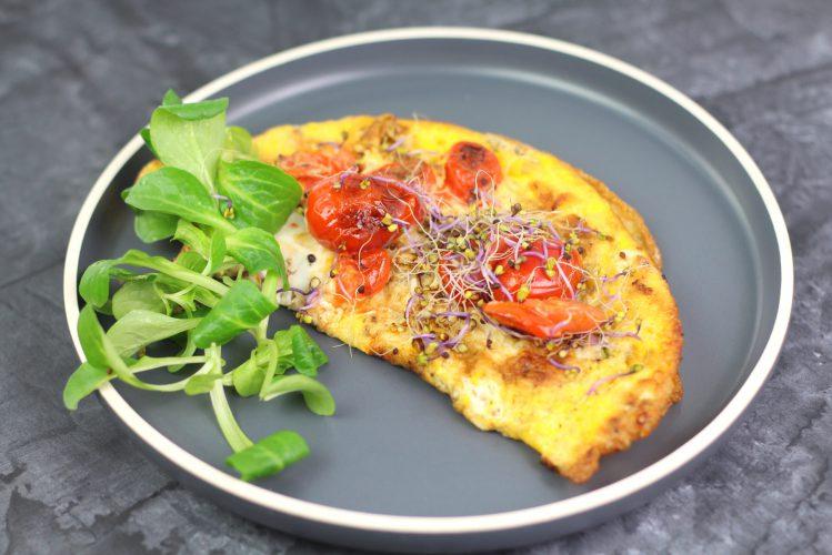 omlet jajeczny z pomidorkami