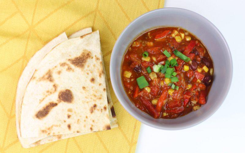 Chili con carne z indykiem i tortillą